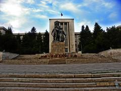 National Defense University in Bucharest (cod_gabriel) Tags: statue statues romania bucharest bukarest roumanie boekarest bucarest militaryacademy romnia bucareste grupstatuar academiamilitar universitateanationaldeaprare
