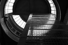 Vers la lumire... (woltarise) Tags: montral 28mm mtro nb gr ricoh intrieur verre plafond outremont bton apsc