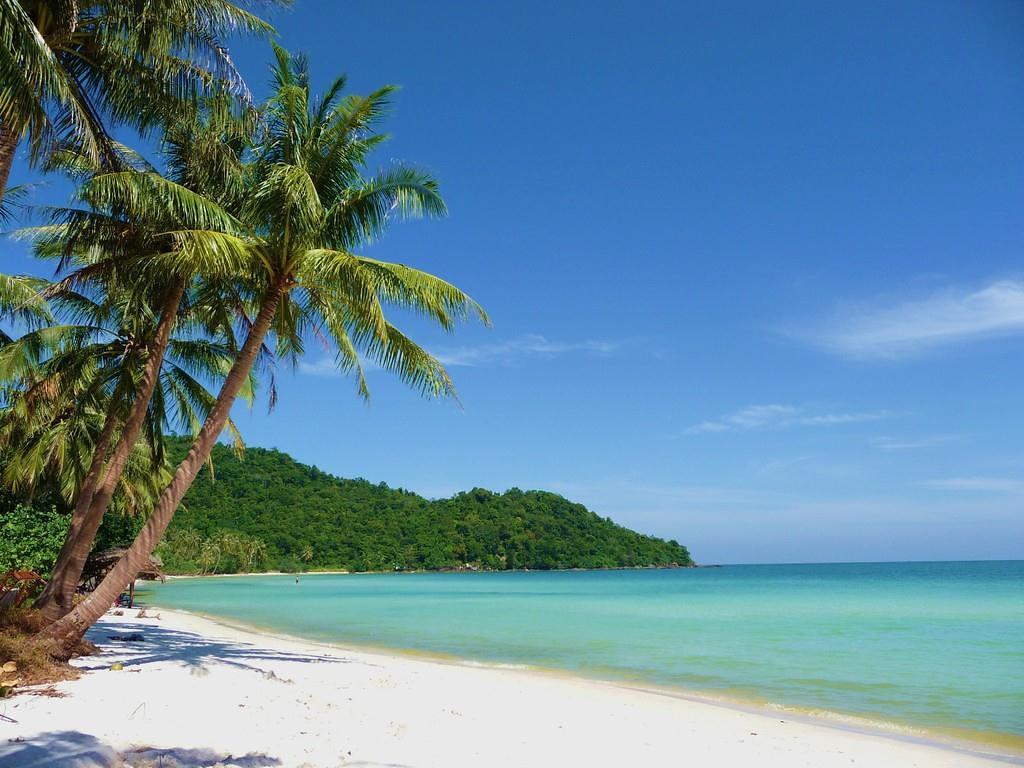 những bãi cát sâu mịn và nước biển xanh Phú Quốc