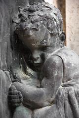Scared (michael_hamburg69) Tags: italien italy sculpture friedhof rome roma cemetery grave italia tomb skulptur grab rom tomba figur scultura graeber ewigestadt gottesacker cimiterodelverano campoverano grabstelle cimiteromonumentalealverano campodiverano
