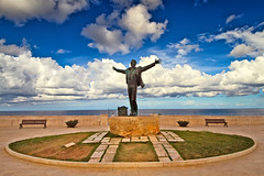 Statua di domenico modugno (Roberto Valt) Tags: street italien sea summer italy paisajes beach nature water clouds canon de landscape photography eos photo still italian rocks italia nuvole mare estate harvard paintings grain culture natura paisaje photograph kanon montaña rocce landschaft salento puglia spiaggia bari adriatic landschaften domenico adriatico scogliera italianos apulia polignano пейзаж polignanoamare modugno пейзажи канон italienische tumblr berglandschaft горный итальянский canon7d италии