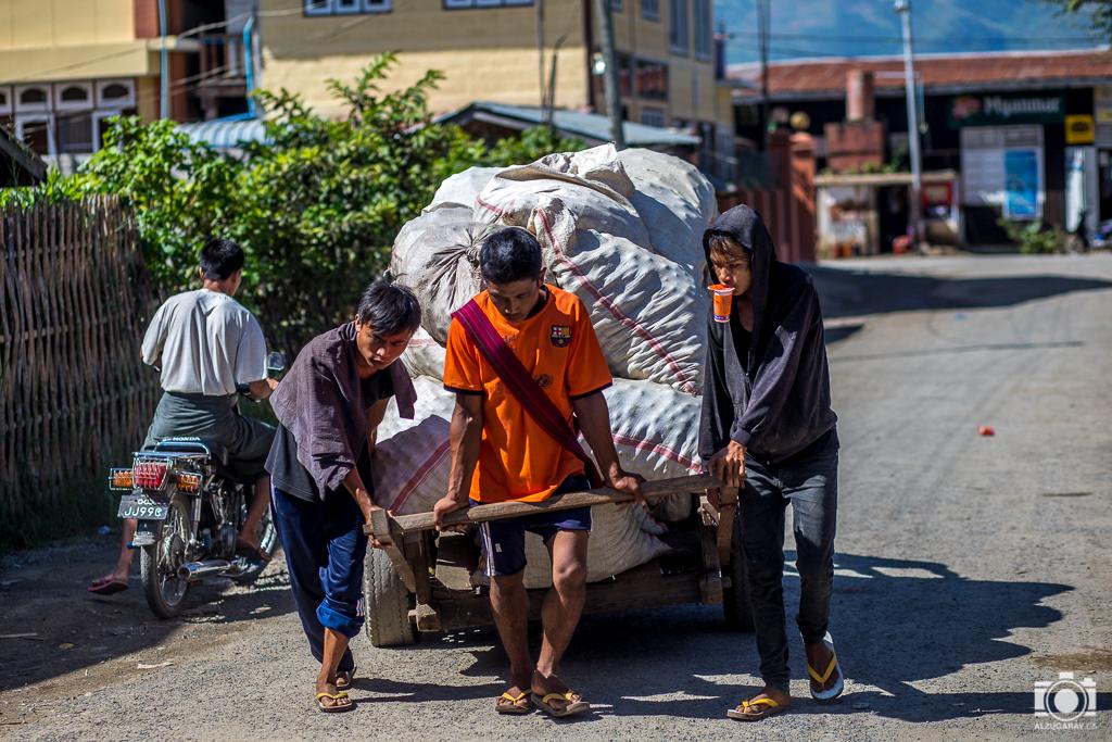 Transportando mercancias en Nyaungshwe (Myanmar)