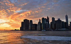 Burning Sunset at New York (Miguel Castrillo Melguizo) Tags: new york sunset red sol statue brooklyn ro river liberty atardecer libertad twilight sundown dusk united horizon east burning foam reflejo states puesta estatua nueva ocaso anochecer espuma estados autofocus unidos