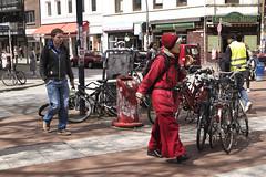 Hamburg – Ottensen. Ottenser Hauptstrasse. (fipixx) Tags: road street people urban living leute outdoor strasse hamburg streetscene menschen environment leisure everyday humans strassenszene alltag gesellschaft strassen strassenleben urbanarte lebenswelt
