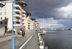 Strandpromenad p Eriksberg / Eriksberg boardwalk (srchedlund) Tags: gteborg stonesculpture darkclouds eriksberg gtalv hisingen srchedlund