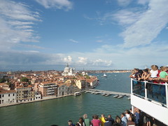 Vista de Venezia desde el Costa Fascinosa/View of Venice from Costa Fascinosa, Italy  www.meEncantaViajar.com (javierdoren) Tags: italien cruise venice light summer vacation italy color colour luz veneza fun cool holidays europa europe italia estate view sommer sunny tourists verano vista vero cruzeiro t venise venecia venezia venedig italie crociera venetie itlia sommar turistas crucero croisire veneto soleado veneti venit venessia vneto vacacin vneto esto costafascinosa dasitalien