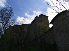 2008-03-22 11.06 Castello di Rossena (Reggio Emilia) (Gianpaolo Zucchelli) Tags: castello castle edificio building architettura architecture cielo sky nuvole clouds controluce backlight alberi trees castellodirossena