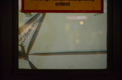 Rrrrrrrrmsat rrrrrrreedet! (anuwintschalek) Tags: vienna wien door winter shadow glass austria evening abend january klaas tor schatten tr glas uks silt talv verbotsschild 2015 vari mariahilferstrasse viin htu entfernt d7k nikond7000 ukseklaas keelusilt 18140vr