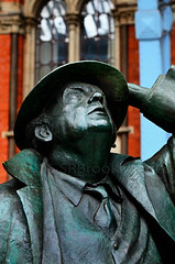 NICE OLD BOY (Simon R Brook) Tags: man london hat station statue nikon coat tie stpancras d7000 simonrbrook