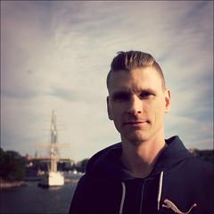 Kalle (*Kicki*) Tags: portrait sky people man face 35mm square person boat ship dof sweden stockholm bokeh kalle skeppsholmen ffp afchapman skeppsholmsbron