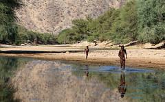 La corsa (ferrosette) Tags: bambini fiume namibia riflessi corsa