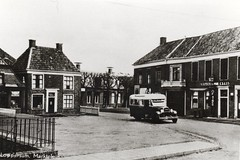 Loppersum, Marktplein, omstreeks 1935 (Hartenhof) Tags: bus citroën autobus 1935 loppersum medema ansichtkaart lijnbus streekbus buslijn schepermulder