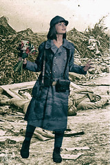 Sandunif- (Alex Leviolent) Tags: world flowers fleurs war uniform femme bouquet 1914 guerre 1918 centenaire uniforme mondiale poilu commmoration