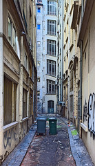 Impasse de la Verrerie (f_c__) Tags: street france architecture stairs 35mm canon eos graffiti calle alley europe lyon strasse tag rhne ruelle t rue escalier poubelle fd alle tiltshift shifted impasse ordure verrerie rhnealpes eos5d strase sudest ruedelarbresec twittertuesday impassedelaverrerie edmika canonfdts35mmf28ssc