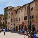 2016-05-13 05-28 Toskana 913 San Gimignano, Piazza Cisterna thumbnail