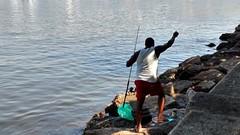 pescando o tempo (luyunes) Tags: riodejaneiro mar peixe pesca urca pescador pescaria motomaxx luciayunes