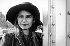 La femme Thai au Bir-Hakeim (Paolo Pizzimenti) Tags: paris film paolo olympus thai chapeau pont f18 zuiko omd visage argentique 25mm em1 doisneau pellicule m43 mirrorless birhakheim femmemodèle