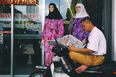 Read newspapers - Penang Road (Chot Touch) Tags: relax reading newspaper break seat islam motorbike malaysia penang bajukurung komtar ex5 pulaupinang hijabs bertudung