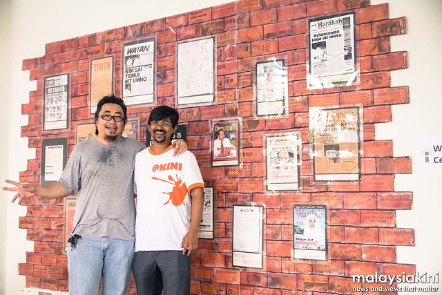 Azlan Zamhari with Premesh at Malaysiakinis News Wall.