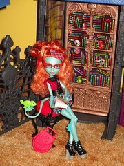 Book Lover (flores272) Tags: toy toys doll dolls pascal dollfurniture monsterdoll monsterhigh lornamcnessie mcnessie deadluxehighschool
