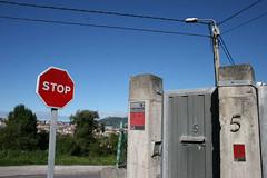 La Manjoya (Jusotil_1943) Tags: lamanjoya oviedo seales trafico madera puerta numeros 5 alarma cables buzon