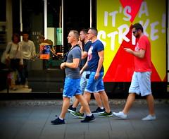 it's a strike (lory6093) Tags: persone vetrina viadante milano