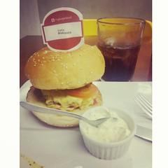 Eu versão gostosa. (Luci Correia) Tags: instagramapp square squareformat iphoneography uploaded:by=instagram amaro hamburger burguer sanduiche hamburguergourmet sauce molho
