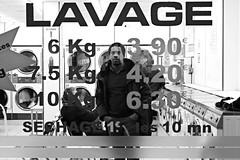 Lavage la nuit (Something Sighted) Tags: blackandwhite paris france night noiretblanc streetphotography laundromat nuit lavage 75002 scnederue 2ndarrondissement ruetiennemarcel