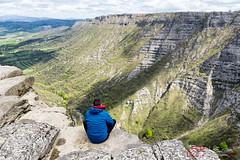 En mi zona de confort (PeRRo_RoJo) Tags: portrait espaa cloud mountains rock stone landscape retrato sony paisaje highland nubes mineral es alpha euskadi slt montaas piedra amurrio a77ii ilca77m2 sonya77ii 77ii