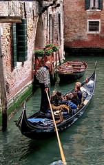 Touristes vnitiens (jjcordier) Tags: canal venise italie gondolier barque gondole touriste
