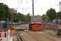 Am bisherigen Dreieck an der nrdlichen Einfahrt in die Wendeanlage Westfriedhof ist der Zweiwege-Schleifwagen 2953 auf dem neuen stadteinwrtigen Gleis unterwegs (Frederik Buchleitner) Tags: 2953 abnahmefahrt munich mnchen o311 schleifwagen strasenbahn streetcar tram trambahn