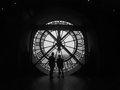 Time (alestaleiro) Tags: temp bw paris clock monocromo couple europa europe time reloj tempo orsay siluetas tiempo alanparsons relogio silouhettes alestaleiro platinumheartaward musedorsay