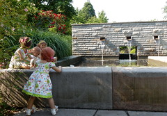 Kindergartenkinder am Seerosenteich ... (Kindergartenkinder) Tags: dolls himstedt annette ilce6000 sony essen park gruga kindergartenkinder blumenbeet pflanze blume garten tivi annemoni sanrike leleti milina seerosen