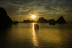 Atardecer (Inmacor) Tags: travel viaje sunset sea contraluz atardecer mar agua barco barcos vietnam isla islas roca bahiadehalong inmacor