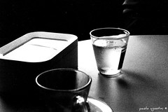 al bar (paolo agostini) Tags: chioggia sottomarina canon f1 analogica 50mm bar caff bicchiere bn bw iso400 ilford controluce