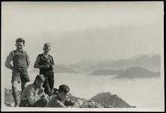 Archiv G979 Über den Wolken, 1950er (Hans-Michael Tappen) Tags: archivhansmichaeltappen bergwandern berggehen wolkendecke lederhose lederhosen jungen boys boy junge bergeshöhen gruppenfoto fotorahmen outdoor 1950er 1950s gipfel landschaft scenery bergtour alpen berg berge bergsteigen wandern