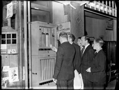07-00-1949_06304 Sigarettenautomaat (IISG) Tags: benvanmeerendonk amsterdam mannen men male sigaretten cigarettes automaat roken smoking winkel shop etalage window hunter