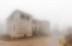 Casa de piedra y niebla (Perurena) Tags: road house fog casa arquitectura camino niebla abandono piedra sanatorio efectoorton