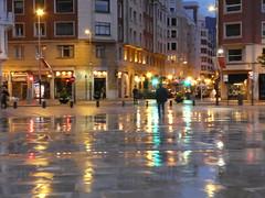 glossy night in Bilbao (polletjes) Tags: street city light green wet water rain yellow night reflections licht town spain groen nacht strasse nat bilbao avond geel reflexo regen stad spanje straat reflecties schitteringen