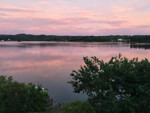 Det må vara den regnigaste staden i Sverige, men det är vackert och vi har absolut fantastiskt sällskap! #borås #weekend #gäster #solnedgång #gardströms