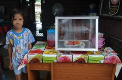 pretty girl at her mother's new food shop (the foreign photographer - ) Tags: food girl shop portraits thailand bangkok sony mothers khlong bangkhen thanon rx100 dscjun182016sony