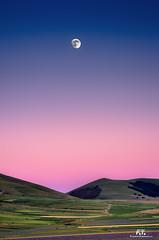 La Luna sui campi / The Moon over the fields (Abulafia82) Tags: pentax pentaxk5 k5 2016 abulafia umbria italia italy perugia castelluccio castellucciodinorcia altopiano highlands uplands paesaggio paesaggi landscapes landscape montagna montagne monti mounts mountains