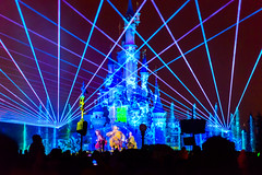 Criss-crossed laser beams (Mister Electron) Tags: paris france night evening disneyland disney lasers laser crisscross lasershow lightshow eurodisney beams crossed sonetlumiere disneylandparis spectacle laserbeams whitsun coherentlight nikond800