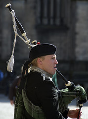 Piper (albireo 2006) Tags: scotland uk unitedkingdom greatbritain edinburgh piper bagpipes