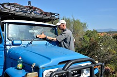 Cleaning the front window [Parque Nacional de Cabañeros / Spain] (babakotoeu) Tags: car jeep offroad 4x4 toyota land series 40 landcruiser cruiser troopy bj40 40series bj45