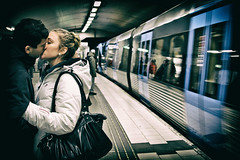 Krlek i tunnelbanan (Michael Erhardsson) Tags: love kissing metro sweden stockholm lovers sverige puss 2012 tunnelbana tcentralen tbana plattform kyss krlek perrong