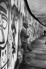 Faire le mur (krystinemoessner) Tags: bw bn sw nb noir blanc blackwhite monochrome berlin mur histoire krystine moessner