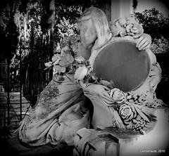Abrazada al recuerdo (Landahlauts) Tags: friedhof cemeteries art history cemetery grave architecture death andaluca arquitectura europa europe cementerio tomb andalucia graves muerte granada panteon andalusia andalusien tombs europeanunion cimetiere andalousie cimetire andalusie andaluz ayuntamientodegranada cemeterie ataud andaluzia camposanto cementeri asce sabica andaluzio landahlauts arbonaida  cementeriodesanjose emucesa cementeriodegranada  exitusletalis cementeriomunicipaldegranada andalouzia hiciacetpulviscinisnihil aquiyacepolvocenizanada polvocenizanada pulviscinisnihil andalusiya rutaeuropeadeloscementerios paseodelasabica associationofsignificantcemeteriesineurope empresamunicipaldecementerioyserviciosfunerariosdegranad empresamunicipaldecementerioyserviciosfunerariosdegranada