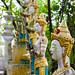 La base de ces divinités protectrices accueillent des urnes funéraires