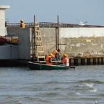 Ruderboot auf einer Baustelle an der Seebrücke von Kolobrzeg thumbnail
